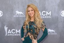 Shakira Wows In Slinky Cut-Out Dress At ACM Awards!