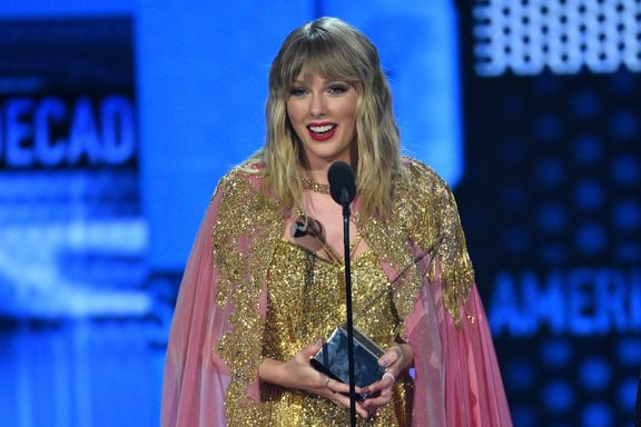 "Taylor Swift Delivers An Emotional Speech At The AMAs About Her ""Complicated"" Year"
